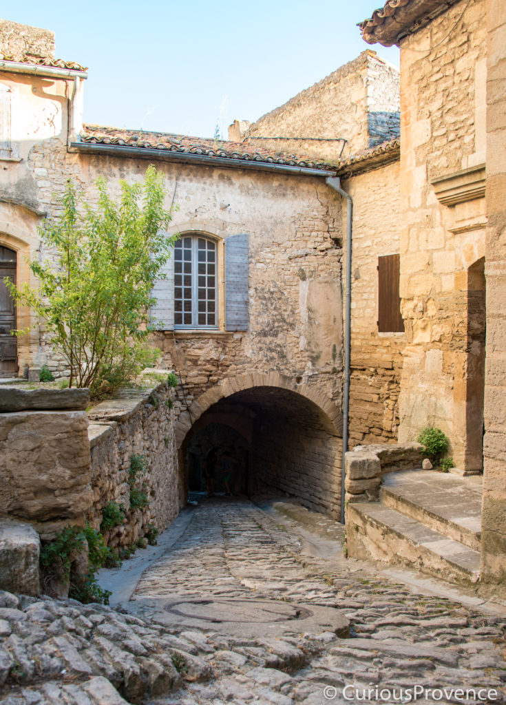 gordes street curious provence